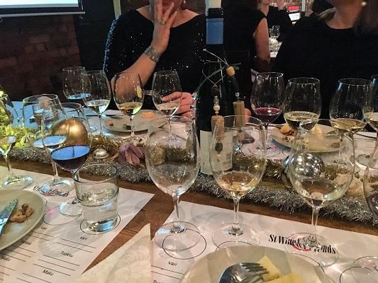 Juhlavat juustot ja viinit tasting stwineandfriends viinikerho